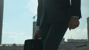Succesvolle knappe zakenman die rond stad, de persoonlijke groei, opleiding lopen stock footage