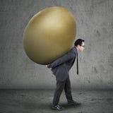 Succesvolle manager die gouden ei dragen Royalty-vrije Stock Fotografie