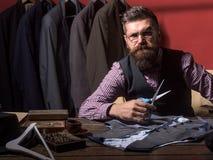 Succesvolle manierontwerper Bedrijfskledingscode handmade het naaien mechanisatie kostuumopslag en maniertoonzaal stock afbeeldingen