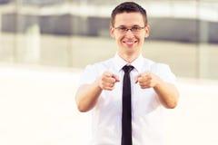 Succesvolle mens die op u twee handen richten Royalty-vrije Stock Afbeelding