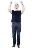 Succesvolle mens die zijn vuisten dichtklemmen Stock Afbeelding