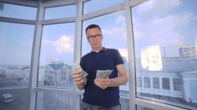 Succesvolle mens die zijn winst, inkomen, aanwinst, inkomens, voordeel tonen stock footage