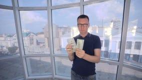 Succesvolle mens die zijn winst, inkomen, aanwinst, inkomens, voordeel tonen stock video
