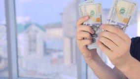 Succesvolle mens die zijn winst, inkomen, aanwinst, inkomens, voordeel tonen stock videobeelden
