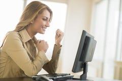Succesvolle Onderneemster Looking At Computer stock afbeeldingen