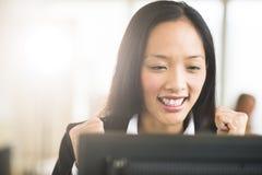 Succesvolle Onderneemster Looking At Computer stock foto