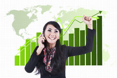 Succesvolle onderneemster met bedrijfsgrafiek Stock Foto's