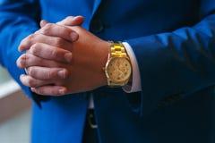 Succesvolle ondernemer en zakenman Handen van de mensen die de onderhandelingen voeren Zekere gehuwde mens met klok op hand stock foto's