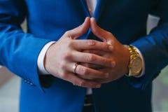 Succesvolle ondernemer en zakenman Handen van de mensen die de onderhandelingen voeren Zekere gehuwde mens met klok op hand Royalty-vrije Stock Foto