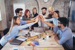 Succesvolle ondernemers en bedrijfsmensen die doelstellingen bereiken royalty-vrije stock afbeeldingen