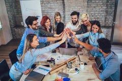 Succesvolle ondernemers en bedrijfsmensen die doelstellingen bereiken stock fotografie
