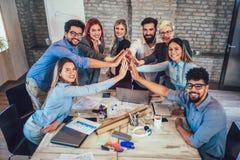 Succesvolle ondernemers en bedrijfsmensen die doelstellingen bereiken royalty-vrije stock foto