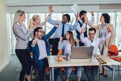 Succesvolle ondernemers en bedrijfsmensen die doelstellingen bereiken stock foto's