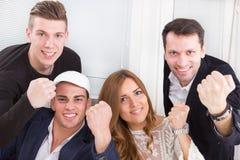 Succesvolle opgewekte teammensen die tonend geluk met cl winnen royalty-vrije stock foto