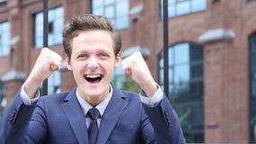 Succesvolle Opgewekte Zakenman Celebrating Success, die zich openlucht bevinden stock videobeelden