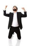 Succesvolle opgewekte zakenman die vuisten maken stock afbeelding