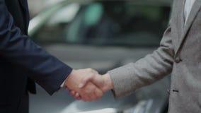 Succesvolle overeenkomst in het autohandel drijven stock footage