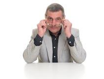 Succesvolle rijpe zakenman die camera bekijken Stock Afbeeldingen