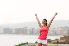 Succesvolle sportieve vrouw naar stad scape royalty-vrije stock afbeelding