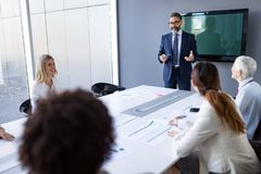 Succesvolle teamleider en bedrijfseigenaar die informele binnenshuis commerciële vergadering leiden royalty-vrije stock fotografie