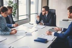 Succesvolle teamleider en bedrijfseigenaar die informele binnenshuis commerciële vergadering leiden Stock Afbeelding