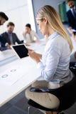 Succesvolle teamleider en bedrijfseigenaar die informele binnenshuis commerci?le vergadering leiden stock fotografie