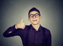 Succesvolle tiener Nerdymens die duimen op het teken van het handgebaar geven Royalty-vrije Stock Fotografie