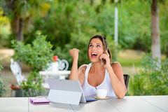 Succesvolle toevallige vrouw met buiten laptop Royalty-vrije Stock Afbeelding