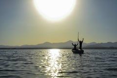 Succesvolle vissers in de meertoejuichingen royalty-vrije stock fotografie