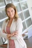 Succesvolle vrouw die zich op haar kantoor bevinden Royalty-vrije Stock Fotografie
