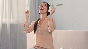 Succesvolle vrouw gelukkig om hoog percentage van bankstorting, gemakkelijk geld te ontvangen stock video