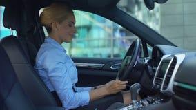 Succesvolle vrouw het strijken auto met liefde, aankoop van luxe auto, gelukkige koper stock videobeelden