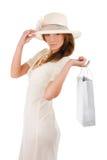 Succesvolle vrouw in het witte dres winkelen Stock Afbeeldingen