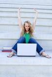 Succesvolle vrouw met laptop Royalty-vrije Stock Afbeelding