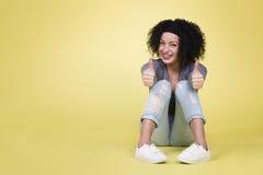 succesvolle vrouw met omhoog duimen Royalty-vrije Stock Foto