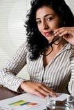 Succesvolle vrouw op kantoor met grafieken Royalty-vrije Stock Foto's