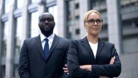 Succesvolle vrouwelijke werkgever met lijfwacht, die voelen sparen en beschermd, veiligheid royalty-vrije stock afbeeldingen