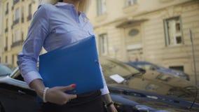 Succesvolle vrouwelijke werknemer die van auditkantoor documentatie van bedrijf gaan controleren stock video