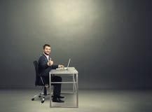 Succesvolle zakenman in de donkere ruimte Stock Afbeeldingen