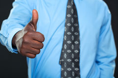 Succesvolle zakenman die duim toont Stock Afbeeldingen