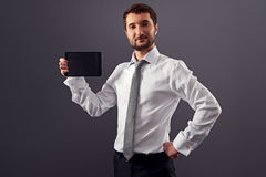 Zakenman die het scherm zijn tabletPC tonen Royalty-vrije Stock Afbeeldingen