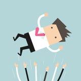Succesvolle zakenman die omhoog werpend in de lucht door zijn collega's zijn vector illustratie