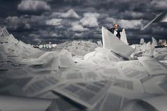 Succesvolle zakenman die op document boot varen Royalty-vrije Stock Afbeeldingen