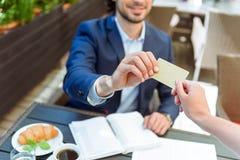 Succesvolle zakenman die rekening in koffie betalen stock afbeeldingen