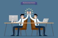 Succesvolle zakenman, groepswerk die door computer en laptop samenwerken te gebruiken die hoog-vijf, gelukwens daarna geven elkaa vector illustratie
