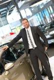 Succesvolle zakenman in het autohandel drijven - verkoop van voertuigen aan royalty-vrije stock fotografie