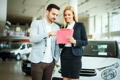 Succesvolle zakenman in het autohandel drijven - verkoop van voertuigen aan klanten stock foto's