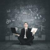 Succesvolle zakenman in lotusbloempositie Stock Afbeelding