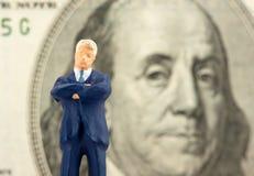 Succesvolle zakenman met Franklin op achtergrond Royalty-vrije Stock Foto