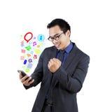 Succesvolle zakenman met mobiele app royalty-vrije stock foto